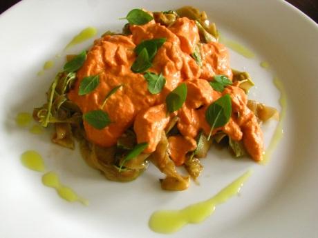 Espaguete de abobrinha com pesto de tomate
