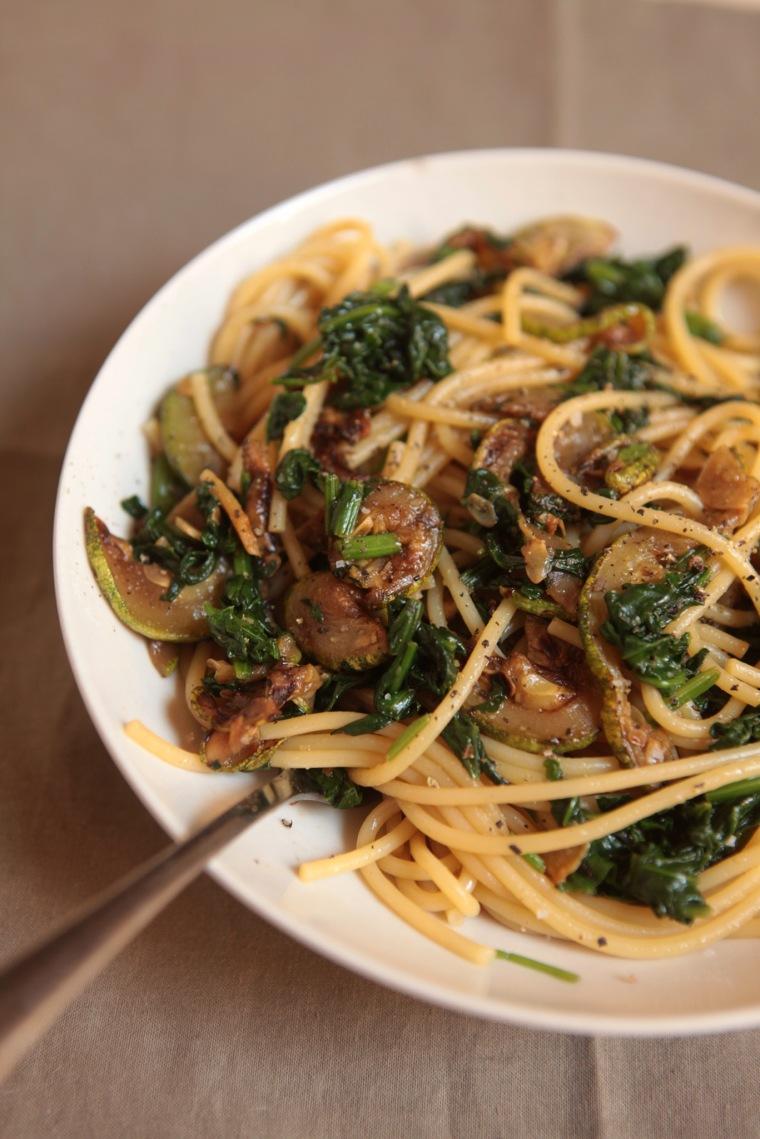 Espaguete com abobrinha grelhada e espinafre